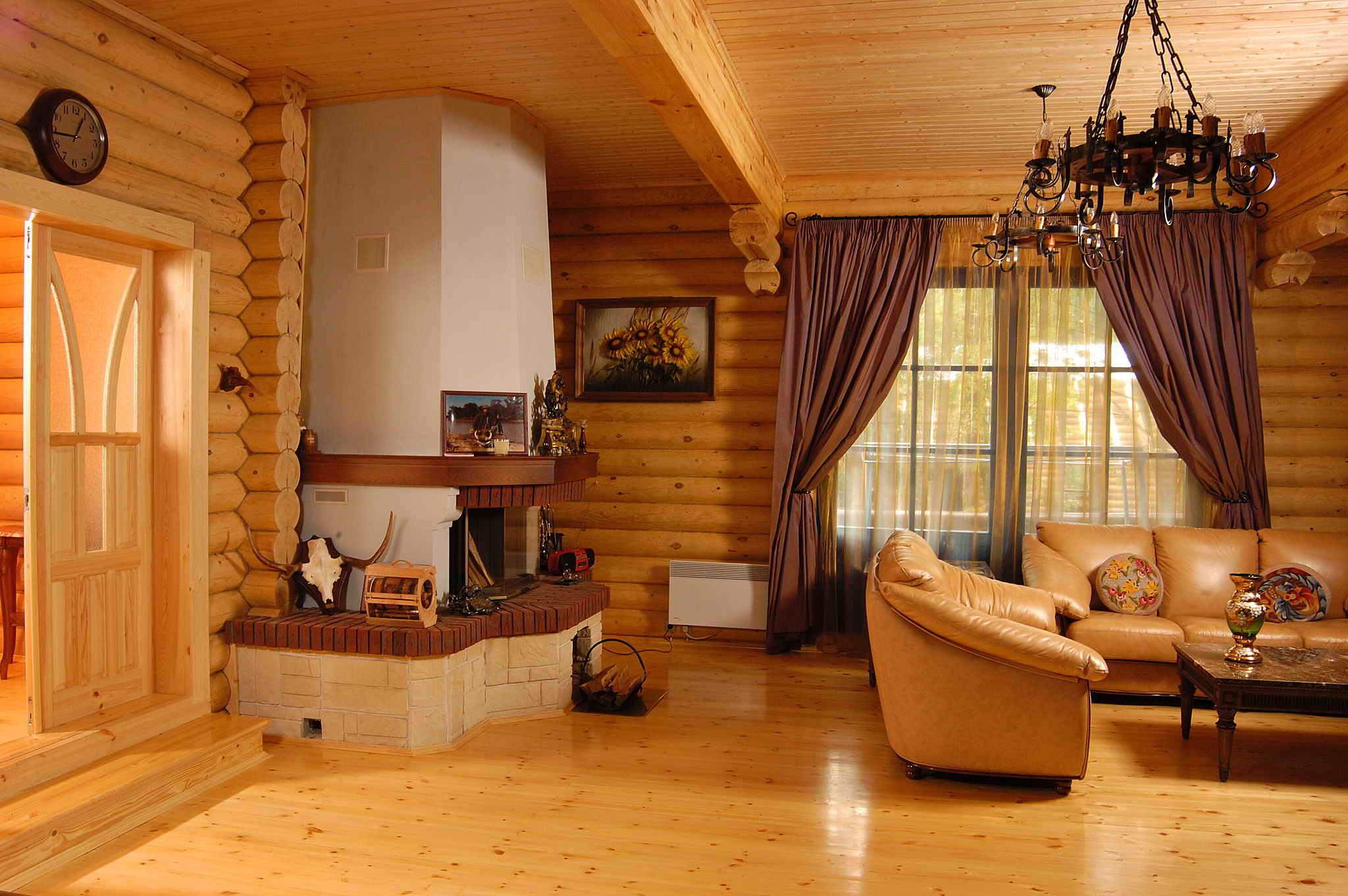 деревянный дом с большим камином