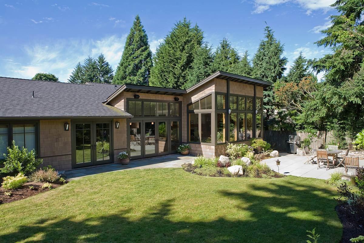 деревянный дом с красивым ландшафтным дизайном