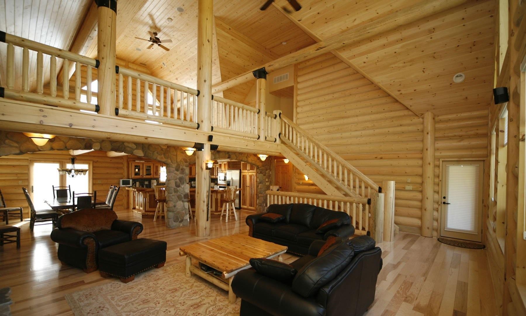 деревянный дом с черным диваном