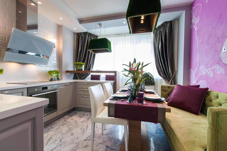 дизайн кухни-гостиной с зеленым диваном