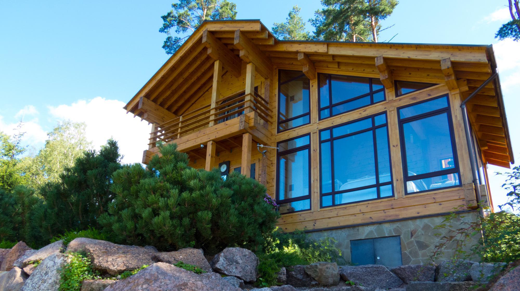 домик из дерева на возвышенности