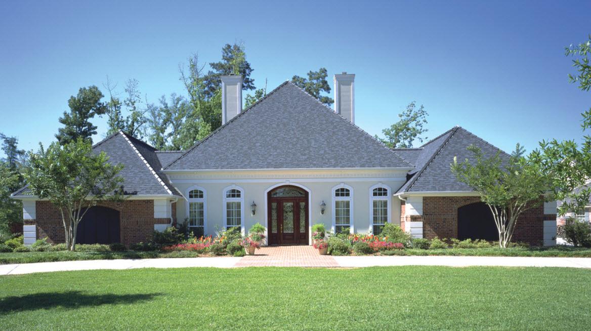 домик одноэтажный с красивой крышей