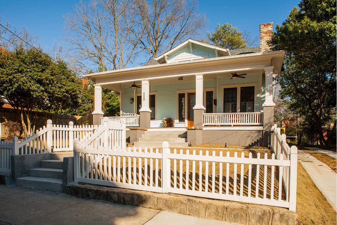 дом из светлого дерева с забором