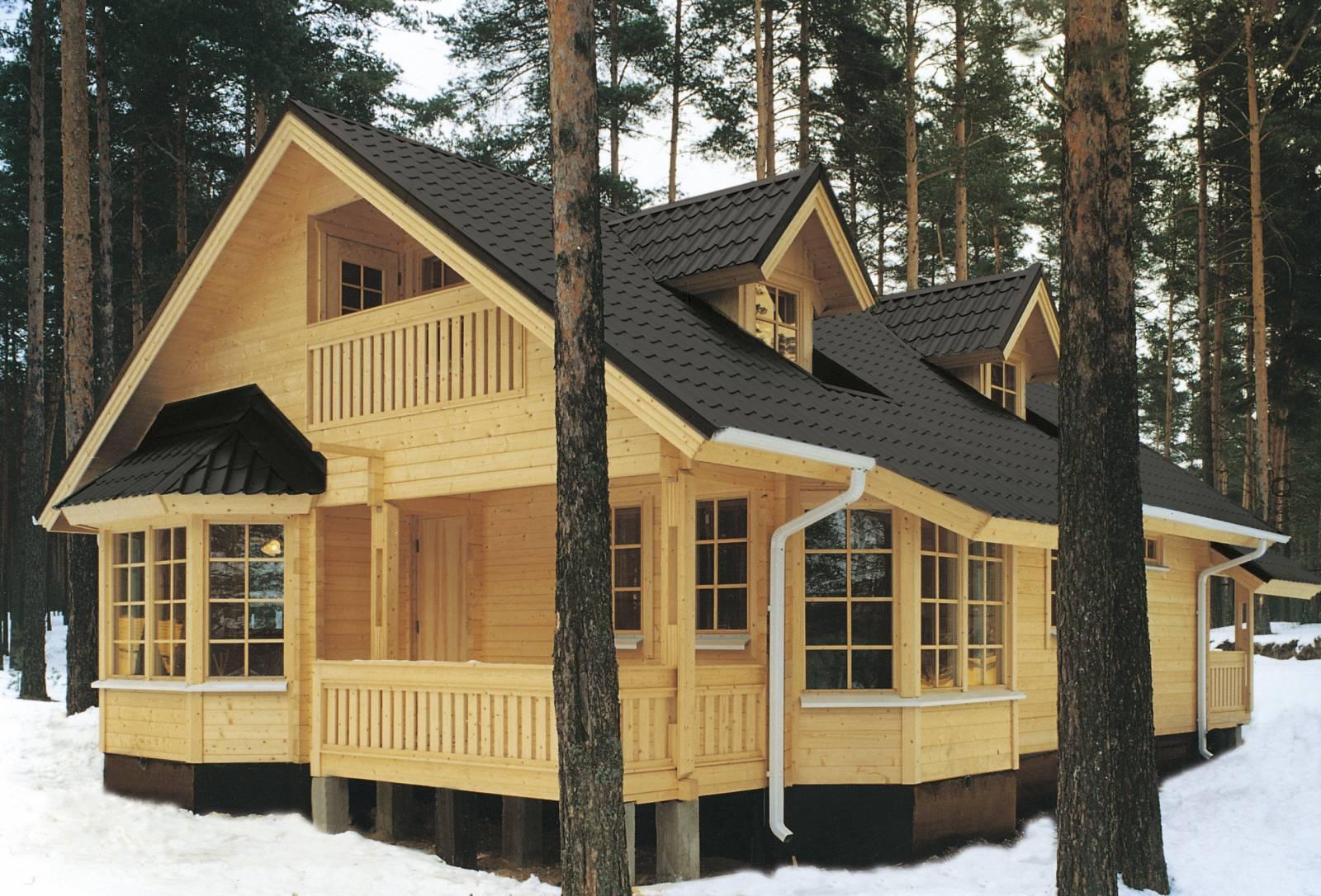 дом из светлого дерева с черной крышей