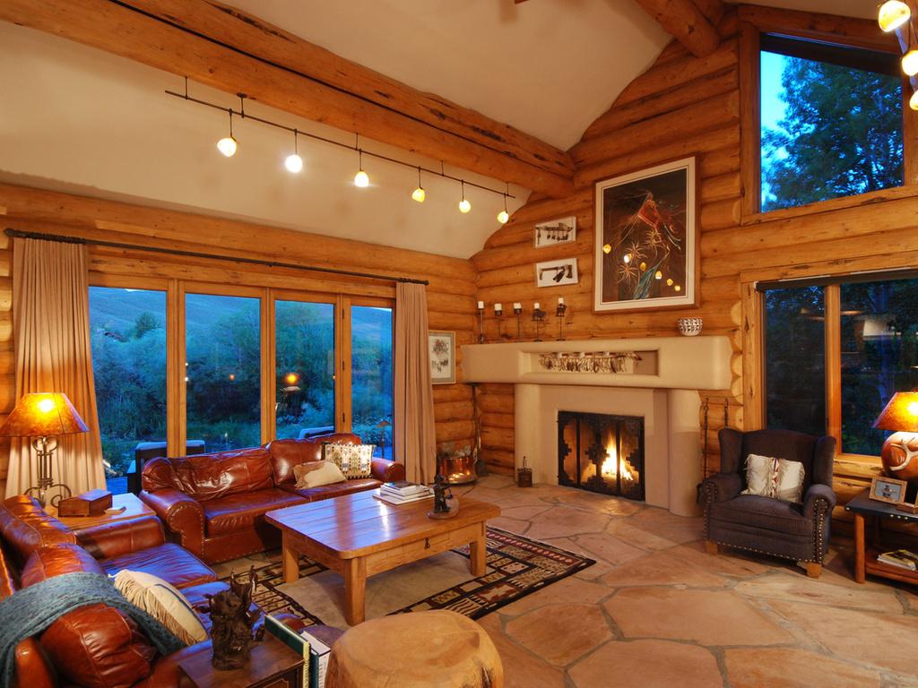 дом с кожаной мебелью