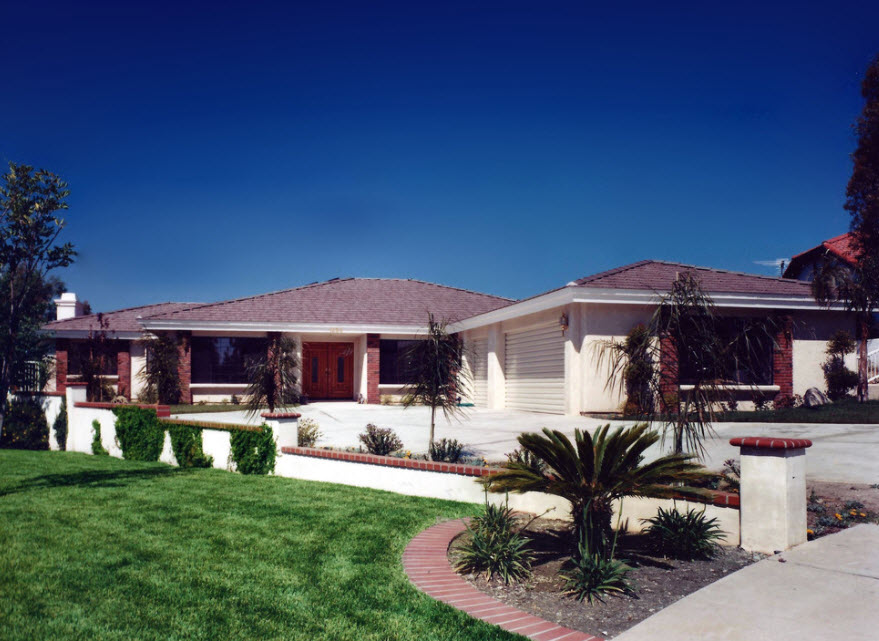 дом с лужайкой и пальмами
