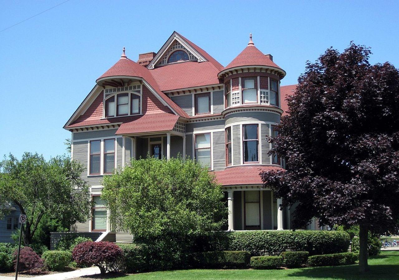 дом с мансардой и эркером