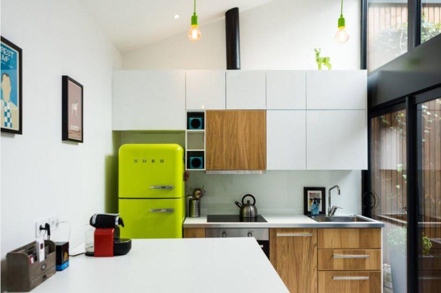 Кухня с желтым холодильником