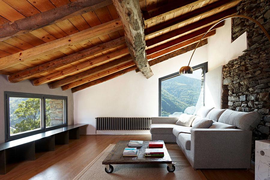 комфортная мансарда с большим диваном