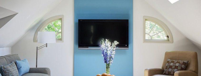 ТВ на контрастной стене