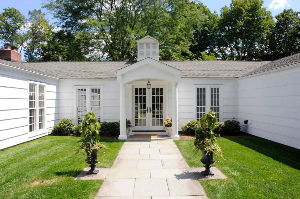 красивый дом в белом цвете