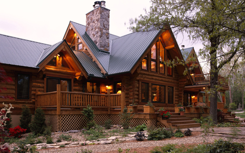 красивый дом с мансардой в лесу