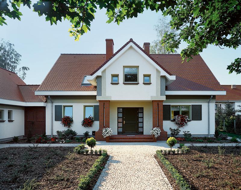 красивый уютный дом с мансардой