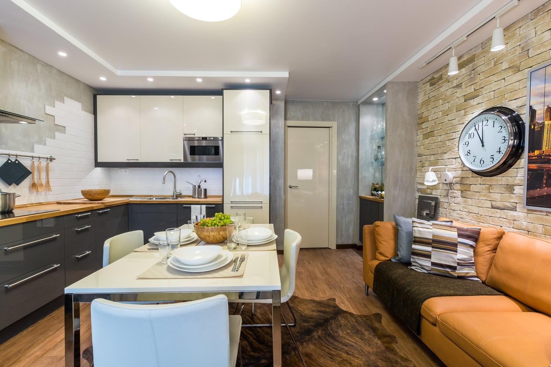 кухня-гостиная с оранжевым диваном