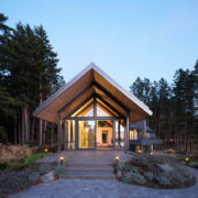 маленький домик из дерева на берегу озера