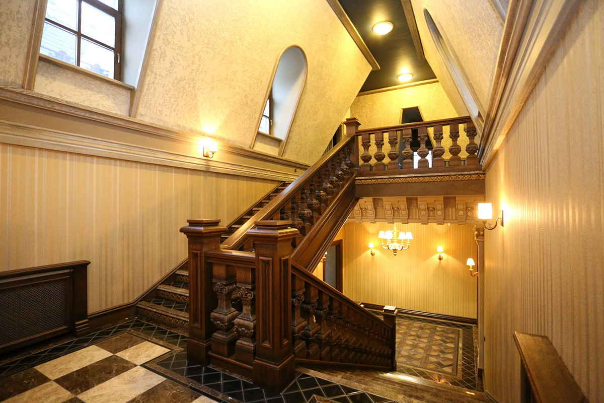 мансардная лестница в большом доме