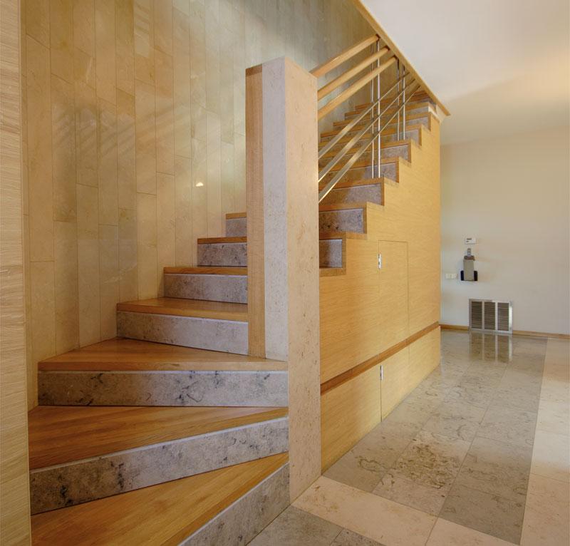 мансардная лестница в светлом интерьере