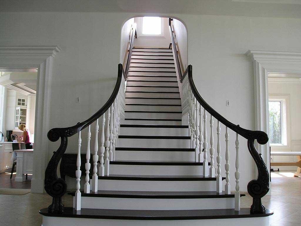 мансардная лестница в черно-белом исполнении
