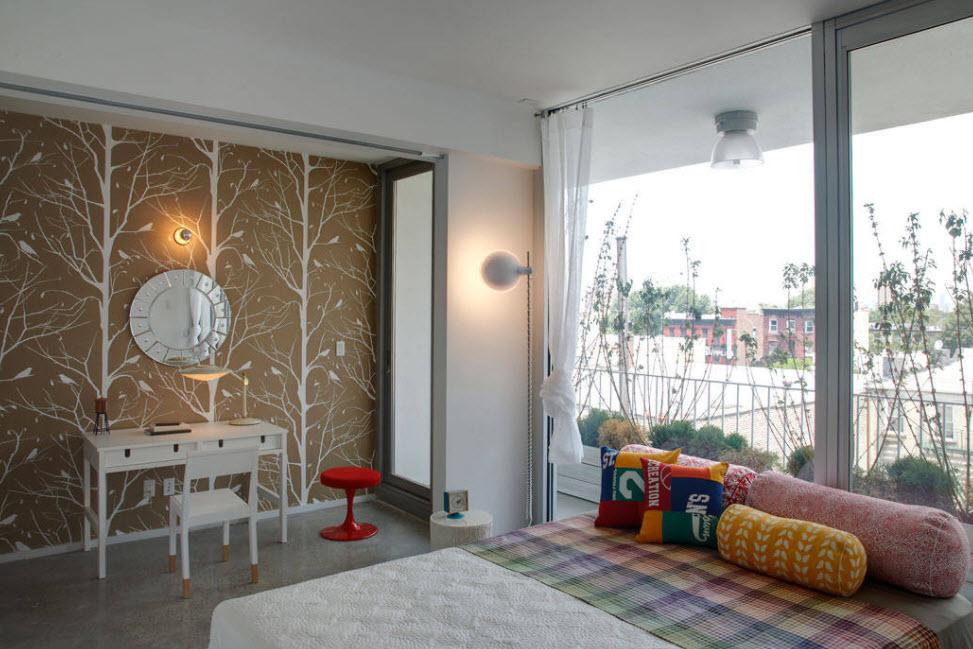 необычное оформление стены в мансардной комнате