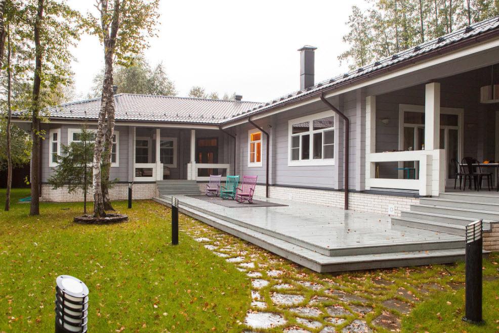 одноэтажный серый дом