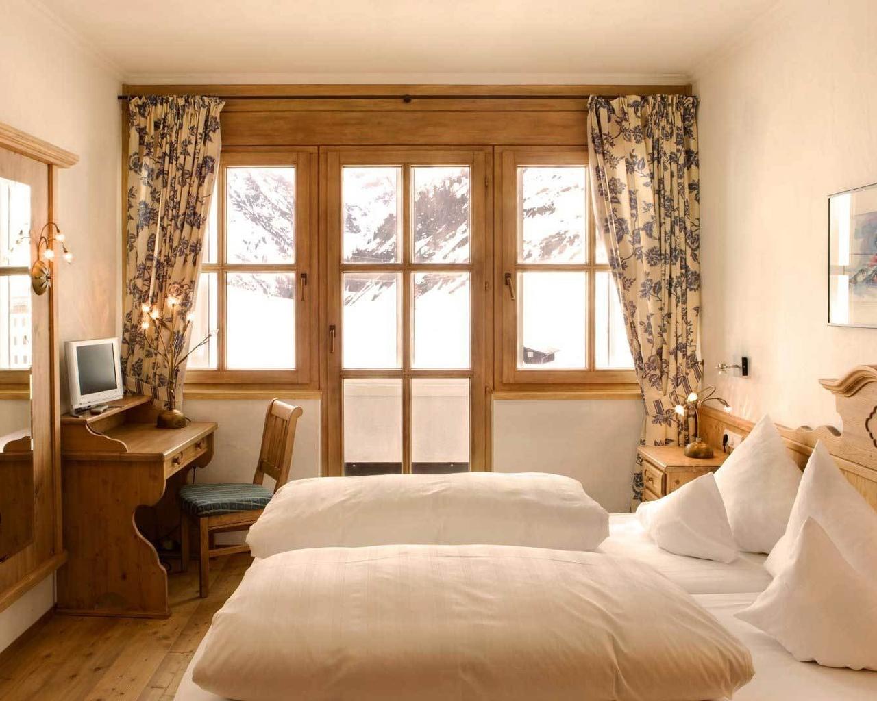 светлая спальня в деревянном доме