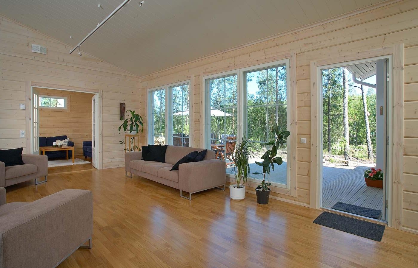 светлый дом с серым диваном