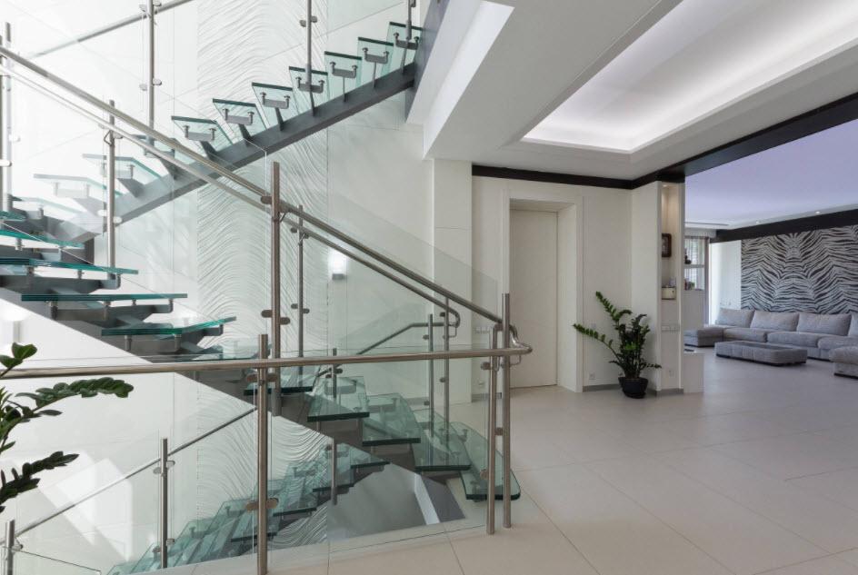 стеклянная лестница между этажами