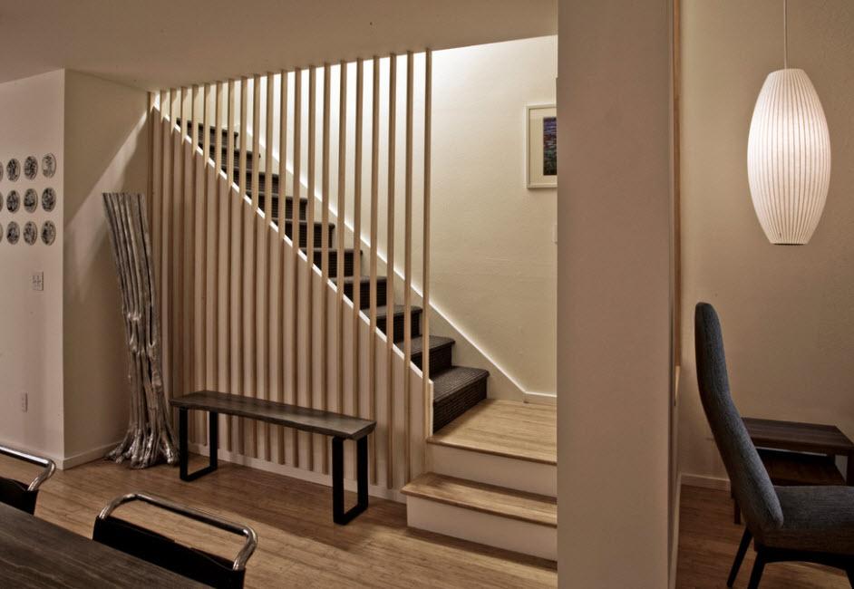 угловая лестница с черными ступеньками