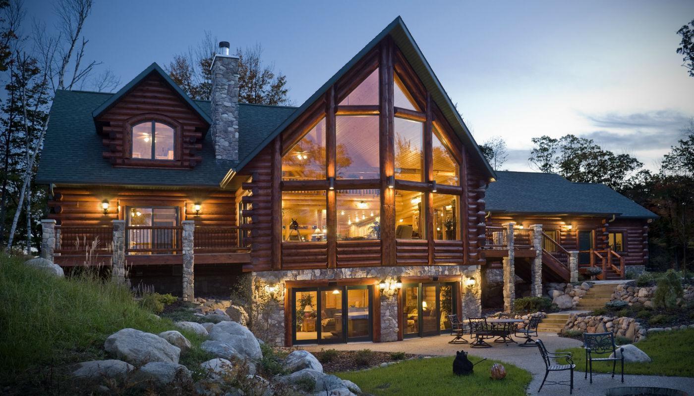 уютный дом с подсветкой фасада