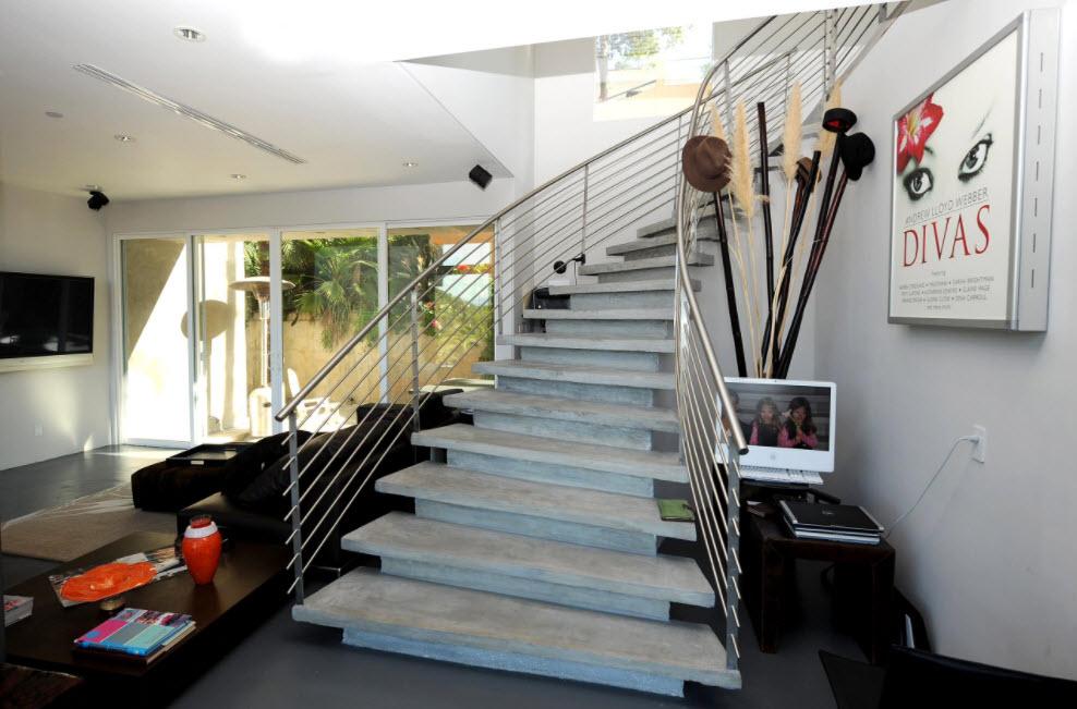 широкая бетонная лестница