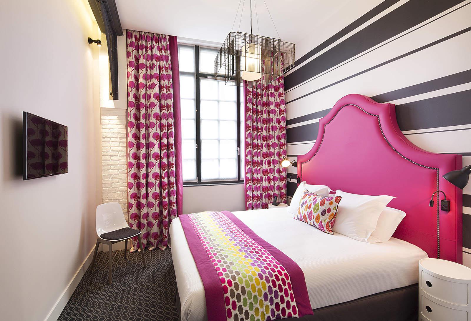 яркий декор современной спальни