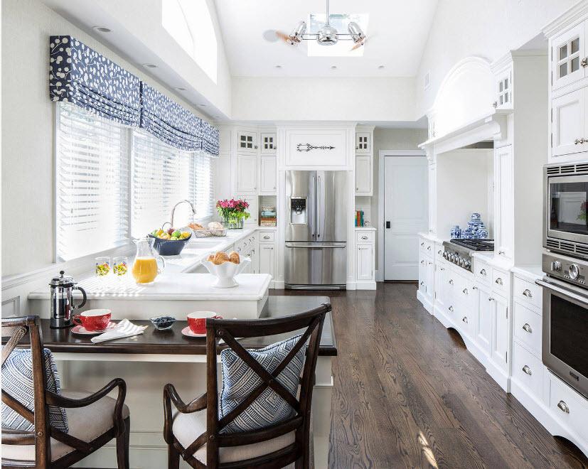 В кухне с белыми фасадами