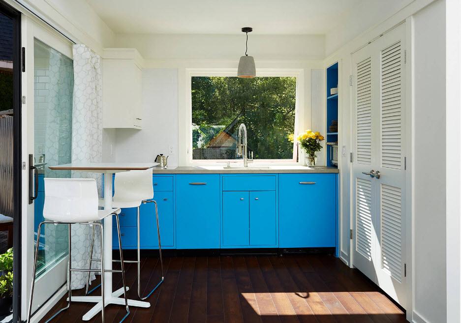 В кухне с яркими фасадами