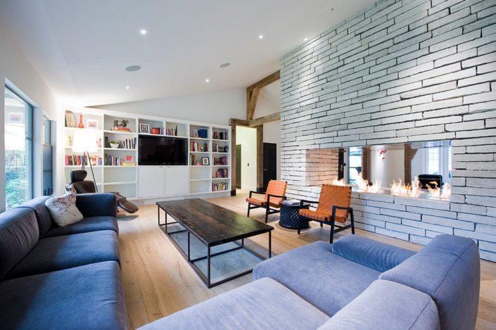 просторная гостиная с камином