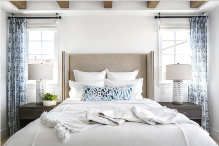 Оформление окон в современной спальне