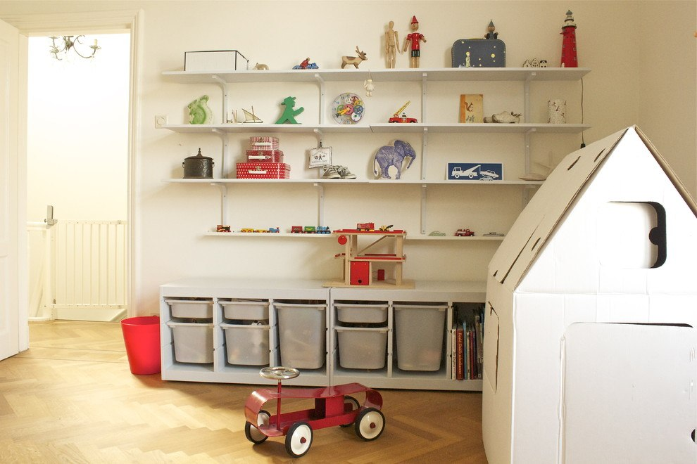 Сынишка очень доволен, что у него есть свой шкаф, точно такой же, как у мамы, — и он периодически сам наводит в нём порядки и переставляет на своё усмотрение книги, совсем как взрослый.