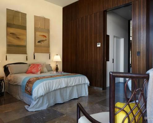 Две циновки на стене в спальне
