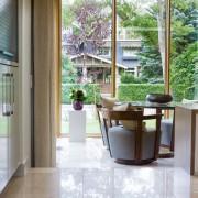 Небольшой столик перед большим окном