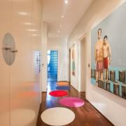 Разноцветные круглые коврики в коридоре