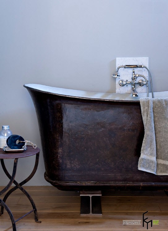 Чугунная коричневая ванна