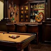 Биллиардный стол перед барной стойкой