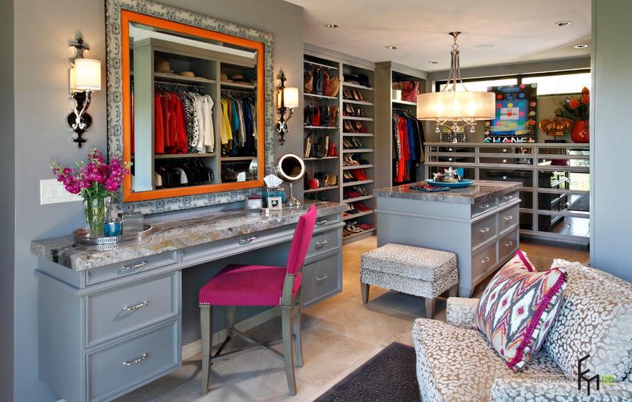 Ярко-розовый стул в гардеробной