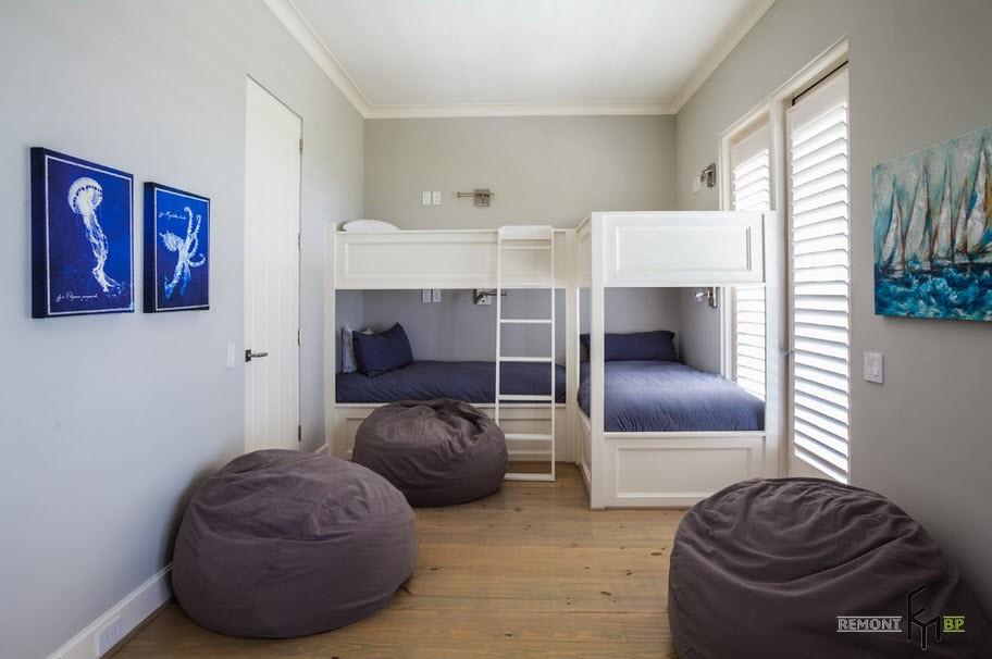 Три коричневых кресла-мешка в детской спальне