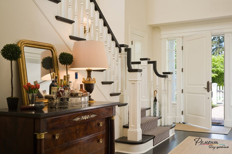 Контрастная лестница в доме