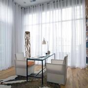 Оформление комнаты с двумя окнами