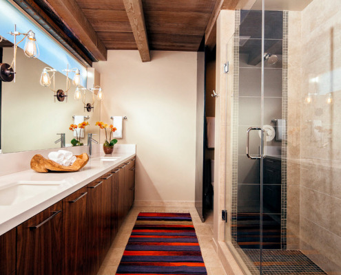 Пестрый палас на полу ванной