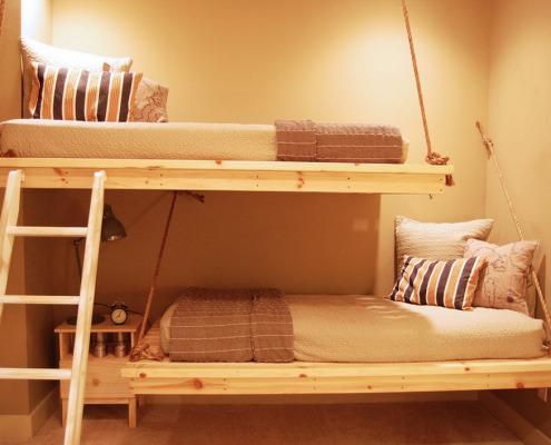 Двухъярусная кровать на подвесных канатах