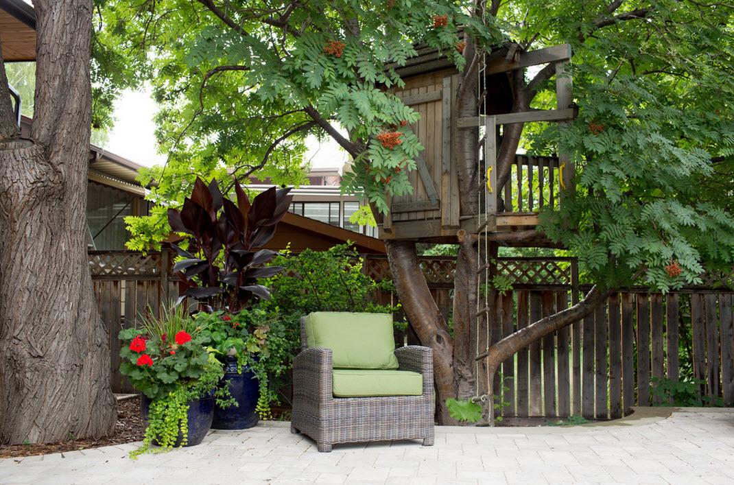 Кресло на заднем дворе