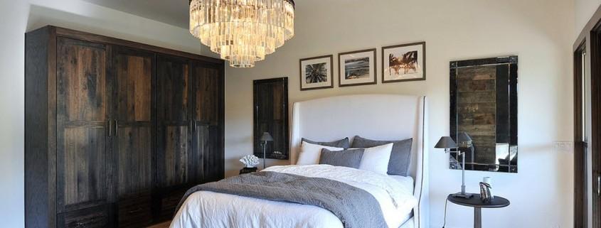 Сочетание разных светильников в спальне