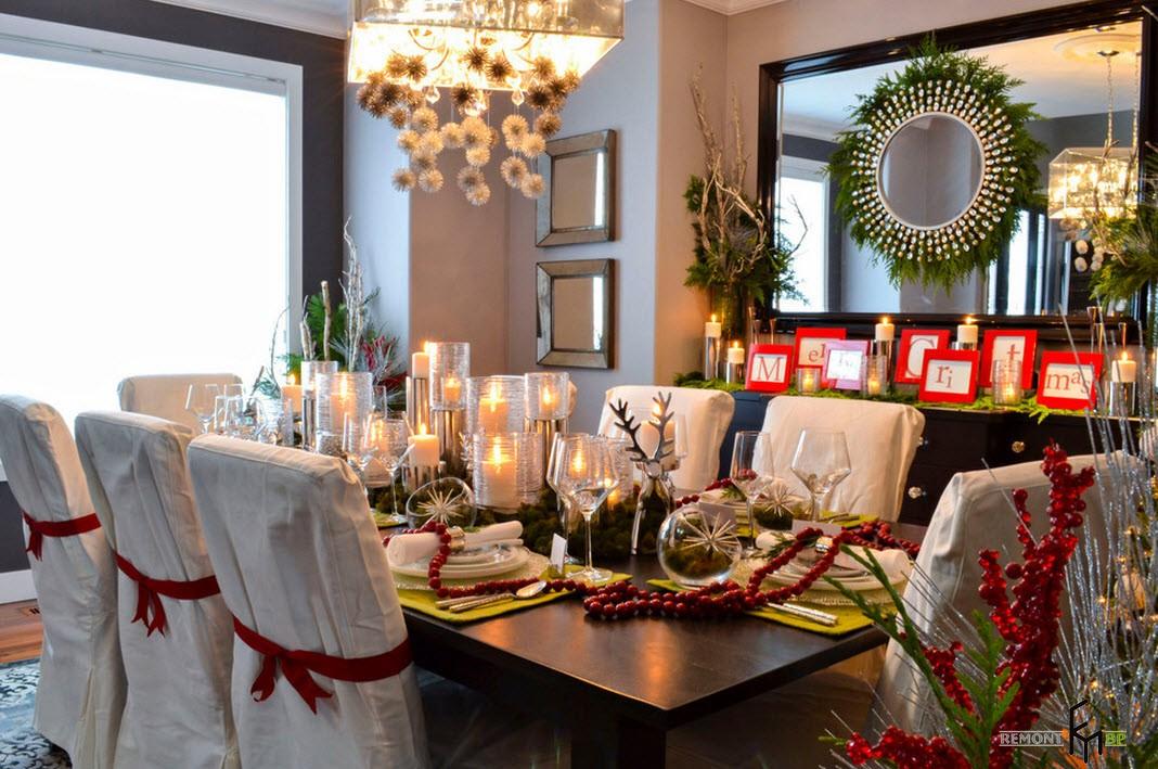 Новогодний стол со стульями в белых чехлах